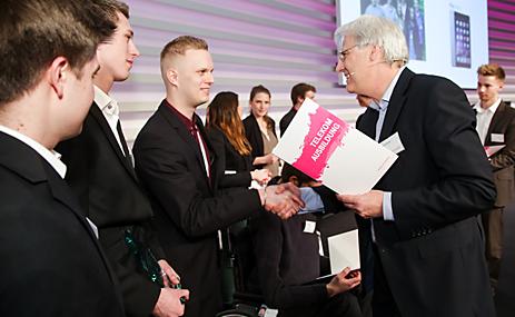 """Thomas Kremer, kommissarischer Personalvorstand der Telekom, (im Vordergrund rechts) ehrt die diesjährigen Gewinner des internen Wettbewerbs für Auszubildende """"Verantwortung gewinnt"""