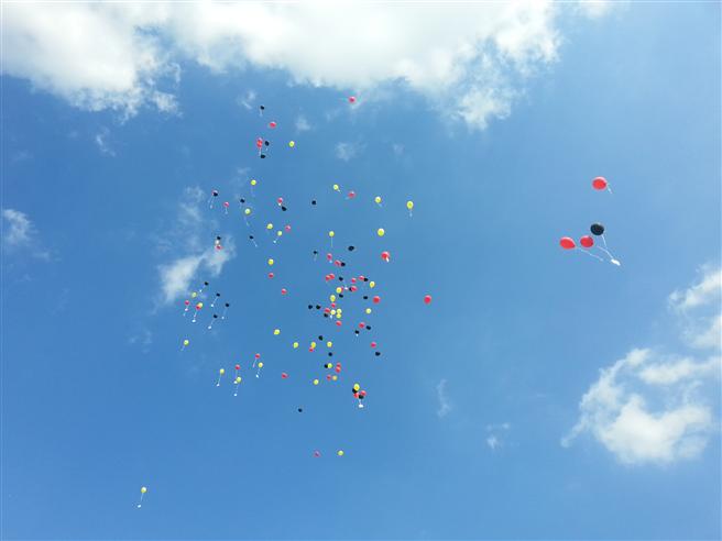 Zur Eröffnung des Wildbienenhotels stiegen Ballons in den Farben Schwarz, Rot und Gold in den Himmel, an denen Karten mit den Wünschen der Bevölkerung für den Bienenschutz hingen. © Cornelis Hemmer