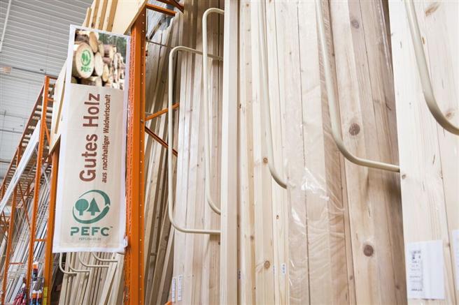 Im Bereich der unabhängig überprüften Zertifikate für Holz und Holzprodukte aus legaler und nachhaltiger Waldbewirtschaftung wird dabei explizit auch auf das PEFC-Siegel verwiesen. Foto: PEFC e.V.