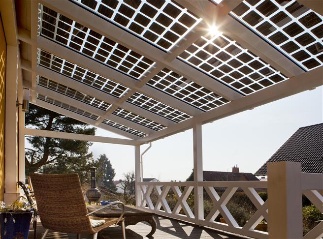 Mit 40 % Lichtdurchlässigkeit sorgt das rahmenlose Doppelglasmodul SI-Saphir für ideale Lichtverhältnisse und erzeugt Solarstrom für den Eigenverbrauch. Foto: SI Module GmbH