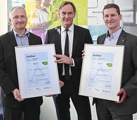 Die Geschäftsführung der e2m, zusammen mit dem Leipziger Oberbürgermeister, bei der Zertifikatsübergabe durch den TÜV Rheinland.
