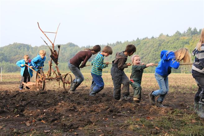 12 Kinder sind wochentags auf dem Hof und werden in der eigenen Kita nach handlungspädagogischen Ansätzen betreut. Foto: Hof Pente