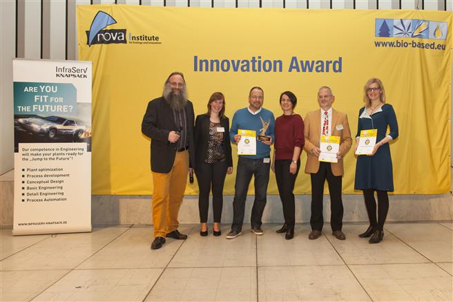 Die Sieger des Innovationspreises Bio-based Material of the Year 2016 : v.l.n.r.: Michael Carus, Florence Aeschelmann (beide nova-Institut), Philippe Willems (Orineo), Gordana Hofmann-Jovic (InfraServ Knapsack), Dr. Dirk Kuppert (Evonik), Dr. Gesa Behnken (Covestro). Foto: Nova Institut.