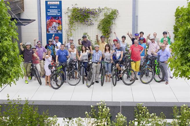 Die Rinn Mitarbeiter/innen präsentieren begeistert ihre neue Mobilität. Foto: Rinn