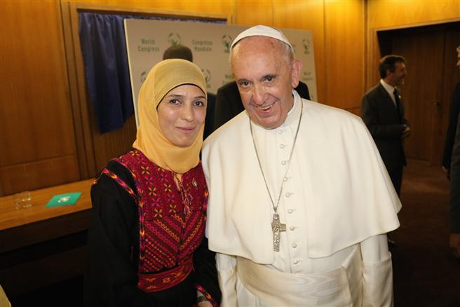 Hanan Al Hroub mit Seiner Heiligkeit Papst Franziskus im Vatikan letzte Woche. Der Papst gab im März dieses Jahres Hanan Al Hroub als Gewinnerin des Global Teacher Prize 2016 bekannt. Foto: Global Teacher Prize