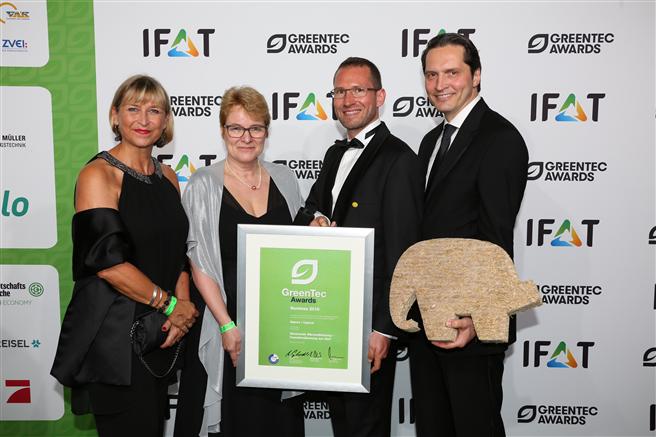 Die Auszeichnung nahmen in München DAW-Geschäftsleitungsmitglied Dr. Christoph Hahner, Robert Schwemmer (Geschäftsführer Naporo Klima Dämmstoff GmbH) , Bettina Klump-Bickert (DAW-Nachhaltigkeitsmanagerin) und Karin Laberenz (DAW Unternehmenskommunikation) entgegen (v.r.n.l.) © DAW SE / Foto GreenTecAwards 2016