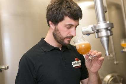 Bei der Bierverkostung: Braumeister Max Krieger. Foto: Riedenburger Brauhaus
