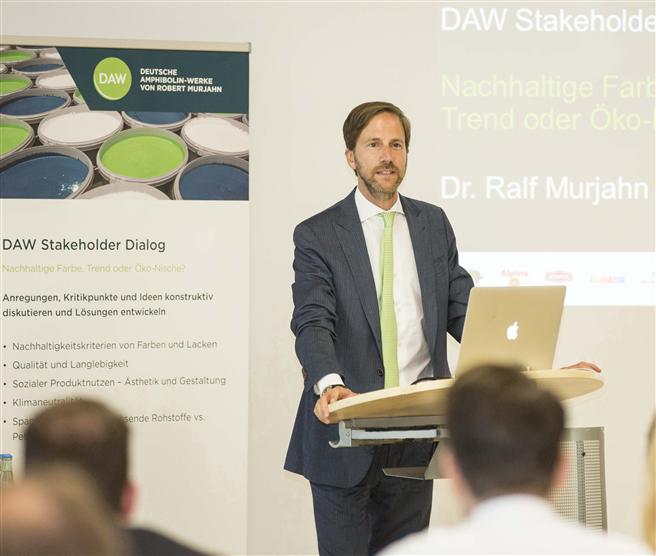 DAW-Geschäftsleitungsvorsitzender Dr. Ralf Murjahn hebt die Bedeutung der gesamten Gebäudehülle für ein energieoptimiertes, an nachhaltigen Kriterien ausgerichtetes Bauwerk hervor. Foto: DAW SE