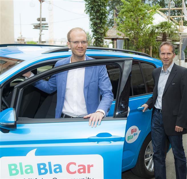 Olivier Bremer, Geschäftsführer BlaBlaCar Deutschland (vorne) und Stefan Baumeister, Geschäftsführer von myclimate Deutschland, sorgen in Zukunft dafür, dass Mitfahrer in Deutschland CO2-neutral reisen. Foto: BlaBlaCar