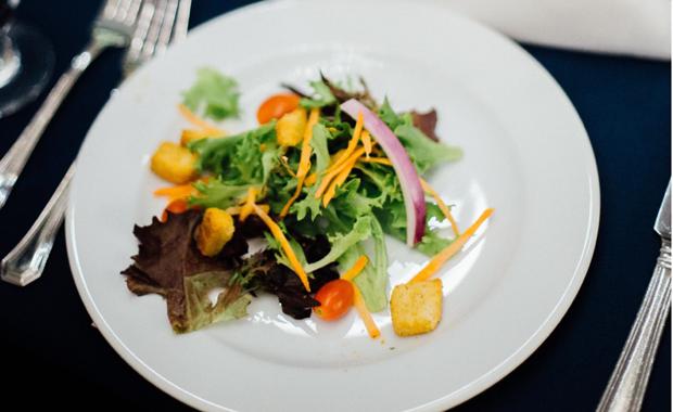 In einer Salat-Bar bietet REWE jeden Tag frische und gesunde Salate zum Mitnehmen an. Die neuen, spülmaschinenfesten Schalen können wiederverwendet werden. Foto: unsplash.com
