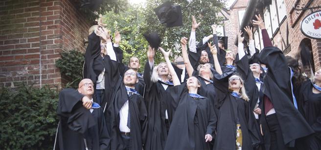 Die Absolventen des MBA für Nachhaltigkeitsmanagement 2015 feiern ihren Abschluss. Foto: Centre for Sustainability Management (CSM)
