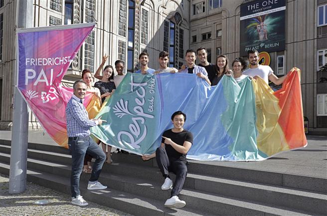 Hissung der 'Colours of Respect' vor dem Palast. Die Farben repräsentieren jeweils einen Aspekt des Lebens von Herkunft über Glauben bis sexuelle Orientierung. Foto: Pedro Becerra