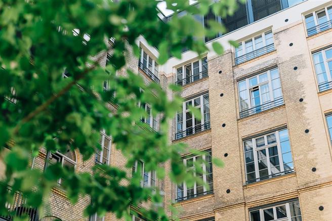 Bei der Auswahl von nachhaltigen Immobilien sind die Vermittler beziehungsweise Makler die richtigen Ansprechpartner. Sie kennen die Eigenschaften der Gebäude und wählen die geeigneten Objekte aus. Foto: Unsplash, pixabay.com