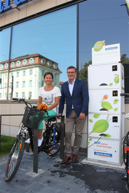 (v. l.) Carola Lange, Mitarbeiterin der Sparda-Bank München; Hermann Busch, Vorstandsmitglied der Sparda-Bank München. Foto: Sparda-Bank München eG