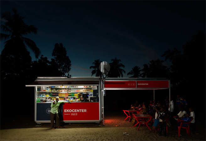 In den Abendstunden können die Bewohner im Licht der solarbetriebenen Lampen mit den Nachbarn plaudern, ihr Handy aufladen, im Internet surfen oder auf dem TV einen guten Film gucken. Foto: Coca-Cola Deutschland