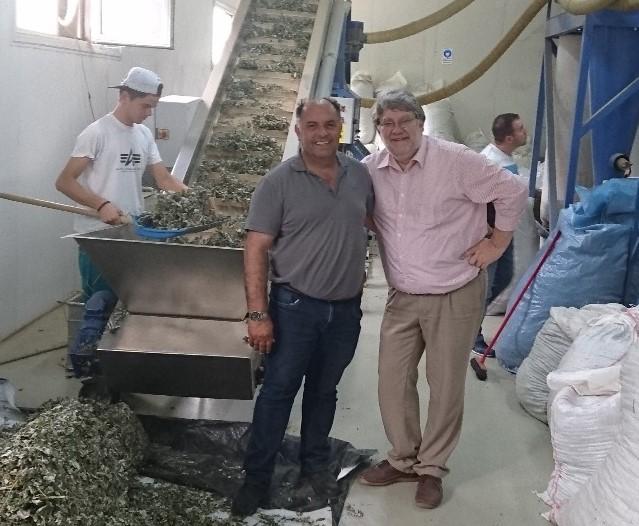 Ludwig Karg zu Besuch bei Avdijaj Halit in einer Produktionsstätte für Trockenpflanzen. Copyright: Ludwig Karg