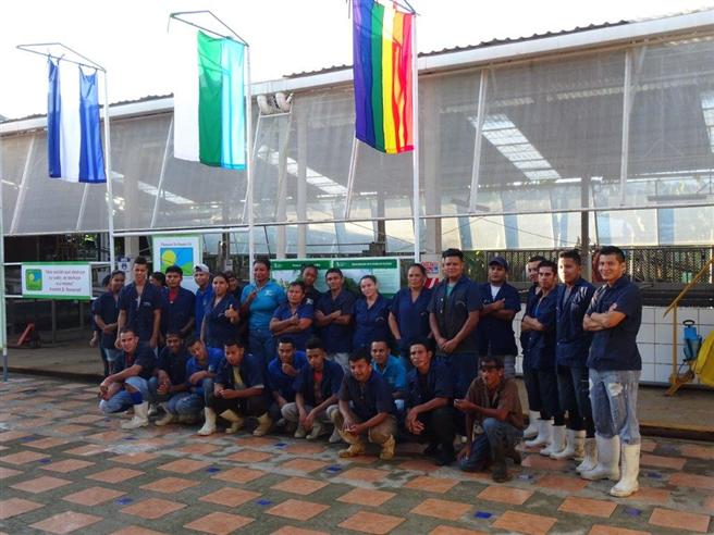 Das PRS Team hisst die Regenbogenflagge. © PRS