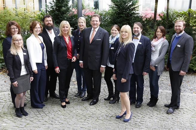 Die Pilotbetriebe des Stakeholder-Projektes mit der bayerischen Umweltministerin Ulrike Scharf und dem Präsidenten der BIHK Dr. Eberhard Sasse auf der Abschlussveranstaltung am 17. Oktober 2016 in München. Foto: Goran Gajanin