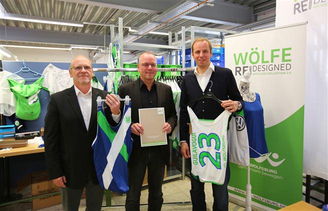 VfL-Geschäftsführer Thomas Röttgermann (Mitte) mit dem Leiter der Werkstätten der Lebenshilfe, Detelf Vahrendiek (links) und Nico Briskorn, Leiter CSR beim VfL Wolfsburg. Foto: Vfl Wolfsburg