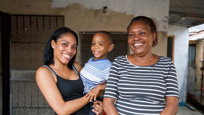 Der 3-jährige Josmar, hier mit seiner Mutter und seiner Großmutter vor ihrem Haus in einem Wohnquartier in Panama City, freut sich über sein CI. Foto: Hear the World