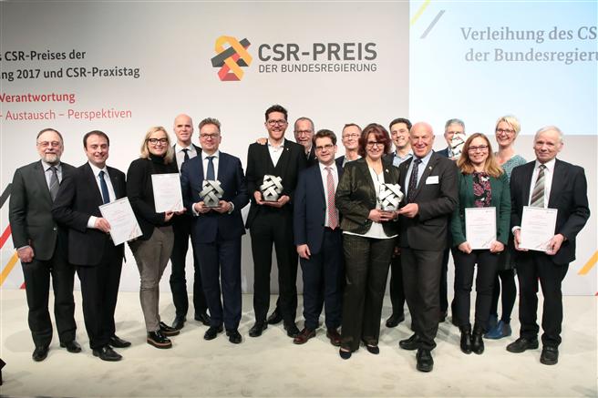 Die Gewinner des CSR-Preises der Bundesregierung freuen sich über die Anerkennung ihres CSR-Engagements. Foto: T. Maelsa / BMAS.