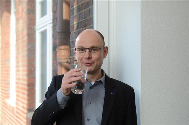 'Leitungswasser ist das Beste, was man trinken kann', so die Überzeugung von Prof. Dr. Jens Haberkamp vom Institut für Wasser - Ressourcen - Umwelt (IWARU) der FH Münster. (Foto: FH Münster/Pressestelle)