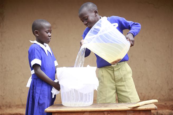 Mit der Children's Safe Drinking Water-Initiative hat P&G bereits 11 Milliarden Liter sauberes Wasser in mittlerweile 85 Ländern zur Verfu?gung gestellt. © P&G