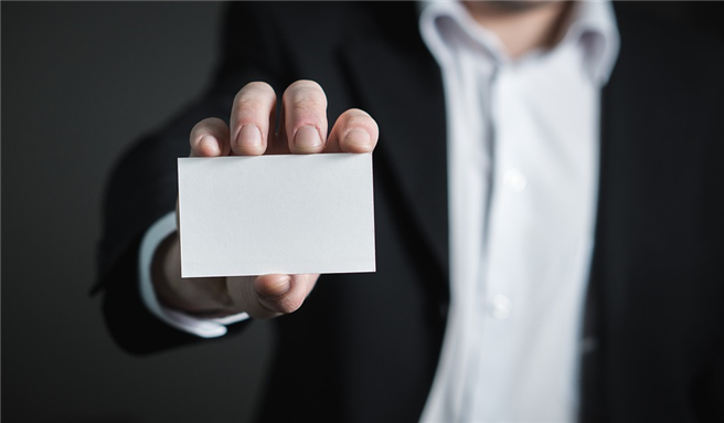Eine Visitenkarte ist immer eine Art Aushängeschild und Werbung für die Firma, aber gleichzeitig auch ein persönliches Aushängeschild. Foto: TeroVesalainen, pixabay.com
