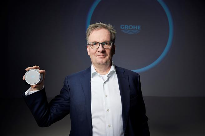 GROHE CEO Michael Rauterkus präsentiert zwei bahnbrechende Innovationen von GROHE: GROHE Sense und GROHE Sense Guard. Foto: GROHE