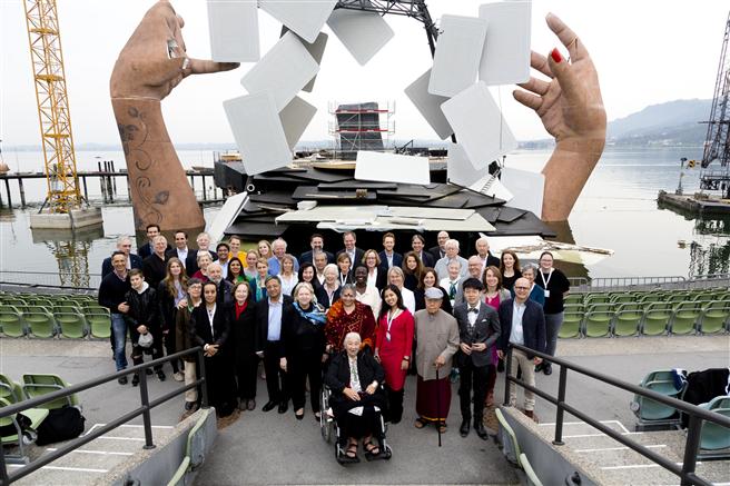 Die Teilnehmer des 10. World Future Forums 2017 in Bregenz vor der Seebühne. ©Kongresskultur Bregenz/Dietmar Mathis
