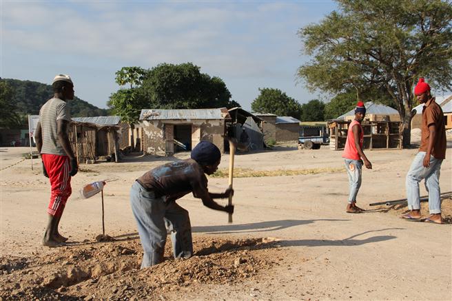 Einheimische unterstützen die Bauarbeiten, um Stromleitungen zu verlegen © rafikipower