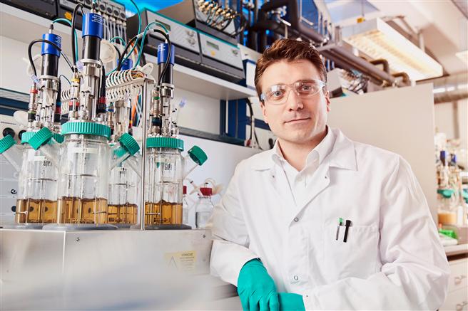 Dr. Gernot Jäger von Covestro leitet das Projektteam für die Entwicklung von Bio-Anilin. Es besteht außerdem aus Forschern von Bayer, der Universität Stuttgart und der RWTH Aachen. © Covestro