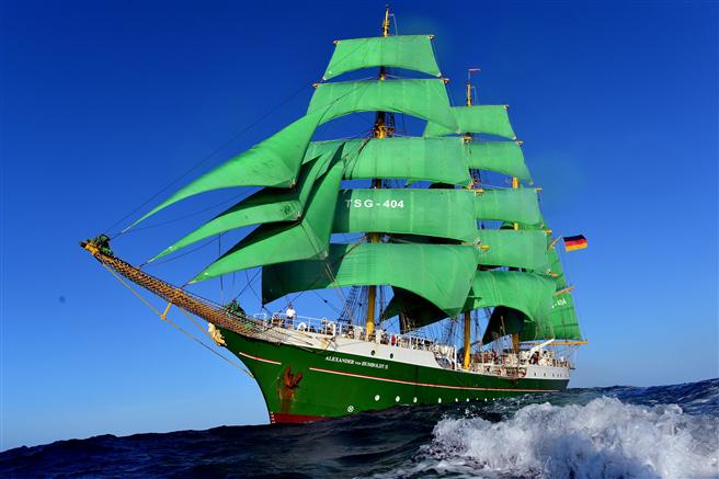 Das Segelschulschiff Alexander von Humboldt II ist der erste Großsegler, der seit dem Segelschulschiff der Bundesmarine Gorch Fock in Deutschland gebaut wurde. © Deutsche KlimaStiftung