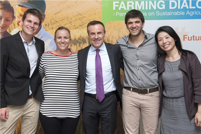 Liam Condon und Delegierte des Youth Ag-Summit 2015 © Bayer