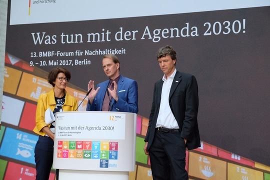 Patrizia Nanz, Dirk Messner und Martin Visbeck (v. links) stellen die Wissenschaftsplattform Nachhaltigkeit 2030 in Berlin vor. © IASS