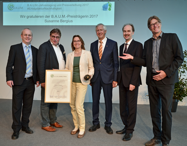 Übergabe des B.A.U.M.-Umweltpreises 2017 in der Kategorie Medien an Susanne Bergius. (v.l.n.r.): Dieter Brübach (B.A.U.M.), Dr. Thomas Holzmann (UBA), Susanne Bergius (Preisträgerin in der Kategorie Medien), Prof. Dr. Maximilian Gege (B.A.U.M.), Martin Oldeland (B.A.U.M.), Fritz Lietsch, Chefredakteur forum Nachhaltig Wirtschaften. © B.A.U.M. e.V, Rainer Kant
