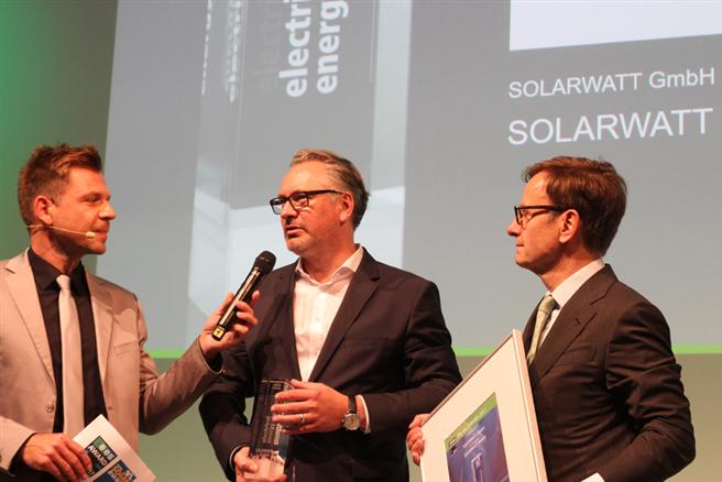 Die SOLARWATT GmbH hat gerade auf der Fachmesse ees im Rahmen der Intersolar Europe den ees-Award 2017 für den Stromspeicher MyReserve Matrix erhalten. © SOLARWATT