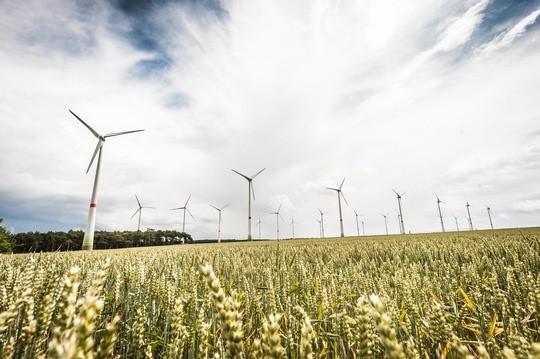 Subventionen für Kohle, Öl und Gas können den Aufbau grüner Energien behindern. Foto: Windräder (Deutschland) © IASS / Norbert Michalke