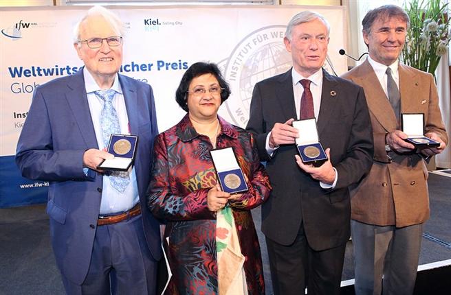 Die Preisträger: (v.li.) Prof. Assar Lindbeck, Ph.D., Arundhati Bhattacharya, Prof. Dr. Horst Köhler und Brunello Cucinelli © ifw Kiel