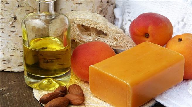 Ein wesentlicher Unterschied zur 'herkömmlichen' Kosmetik besteht darin, dass Naturkosmetik aus natürlichen Essenzen hergestellt wird, die biologisch abbaubar sind und fair gehandelt werden. © silviarita, pixabay.com