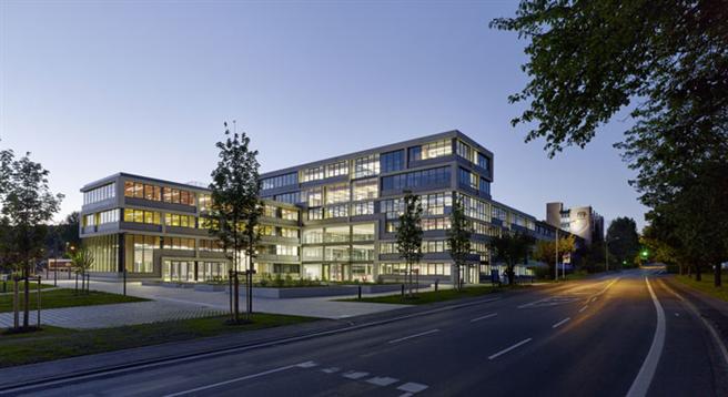 Die neue Firmenzentrale der DAW heißt Besucher mit einem offen gestalteten Vorplatz willkommen. Das Gebäude schließt sich nahtlos an den viergeschossigen Bestandsbau an © Constantin Meyer, Köln