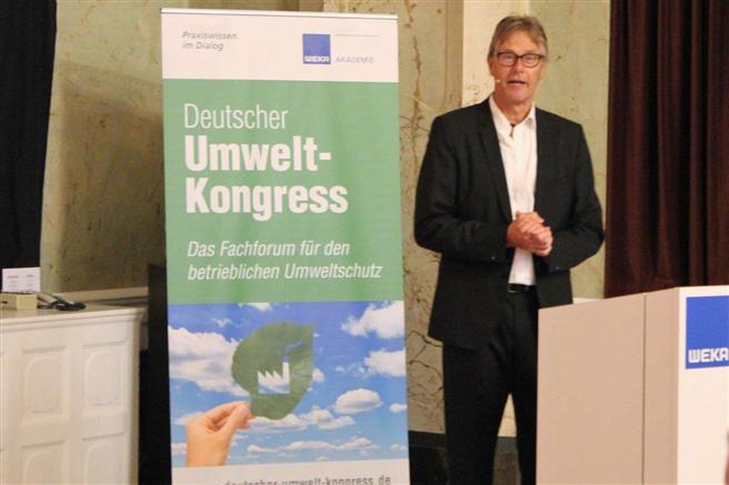 Der 3. Umweltkongress der WEKA Akademie war ein voller Erfolg. Fritz Lietsch referierte in seiner Eröffnungs-Keynote zum Thema ''Nachhaltigkeit – immer ein Gewinn für Unternehmen!'' © WEKA