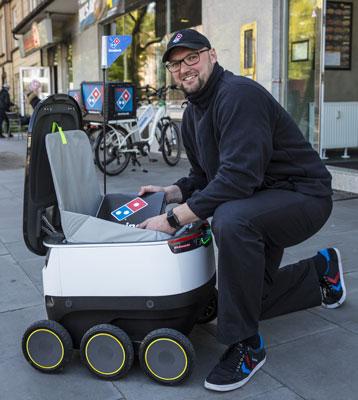Seit Mai rollen Starships Lieferroboter auch durch Hamburgs Straßen. © Domino's