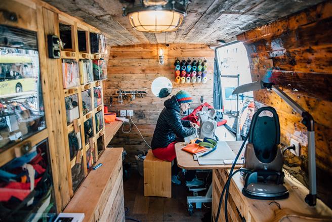 Eine Näherin repariert im Worn Wear Truck Bekleidung aller Marken. © Patagonia