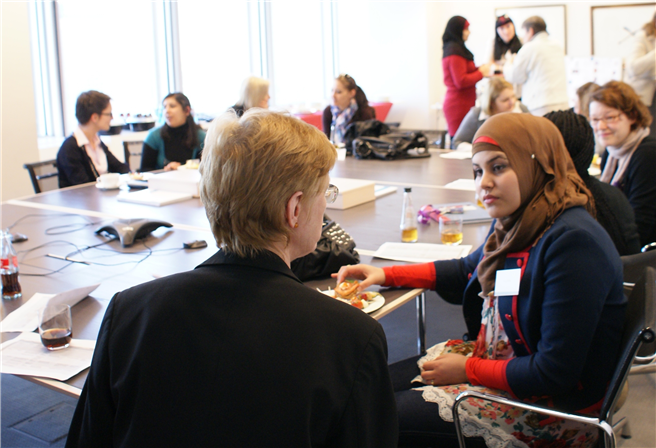 Seit 2011 engagieren sich Mitarbeiterinnen von Clifford Chance in Form von Sprachpatenschaften im Bildungsprojekt SABA für Frauen mit Migrationshintergrund. © Clifford Chance