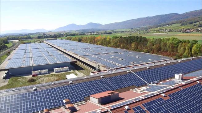 Auf den riesigen Lagerhallen von Philipp Morris in der Gemeinde Onnens am Neuenburgersee sind 35'000 Solarpanels der neuesten Generation installiert. © Jendra