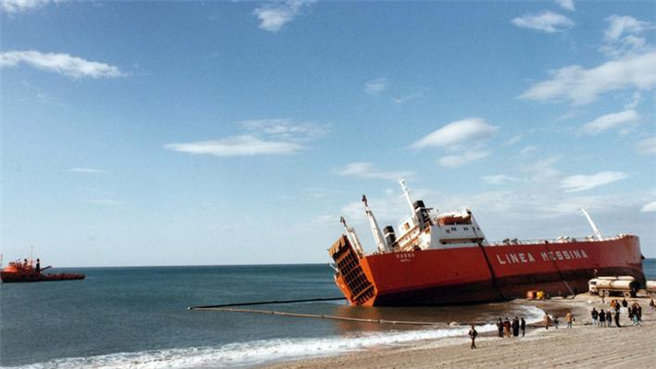 Das Schiff 'Rosso' strandete nahe dem Küstenort Amantea. © ARD Mediathek