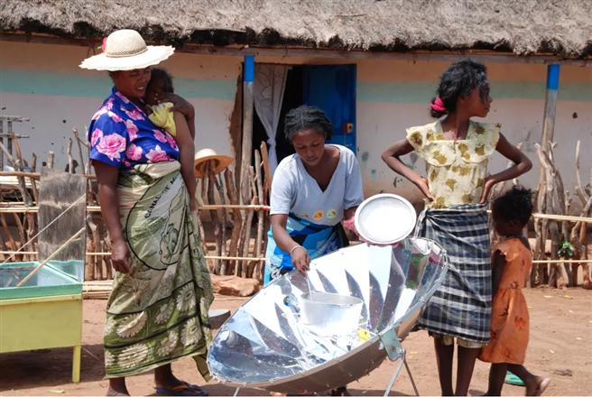 Madagassinnen bereiten Essen mit dem effizienten Solarkocher zu. © myclimate