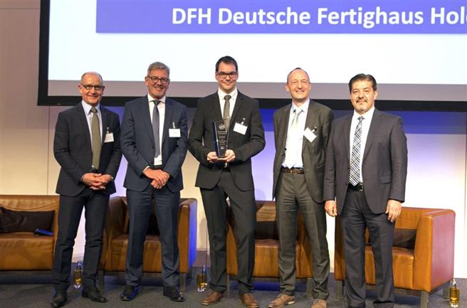 Thorsten Liesenfeld (Mitte) vom Nachhaltigkeitsteam der DFH nahm die Auszeichnung in Frankfurt entgegen. © DQS/DFH