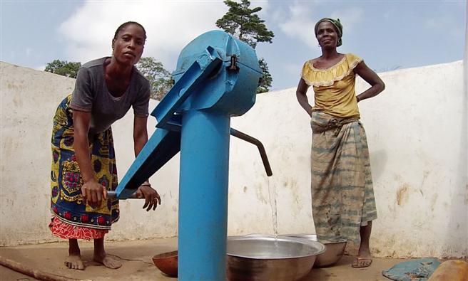 Elfenbeinküste - Frauen an der Pumpe im Dorf Dantomba © Global Nature Fund